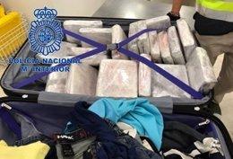 Imagen de la cocaína intervenida en el interior de una maleta