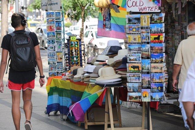 La bandera arcoíris ondea en Madrid por el World Pride, Orgullo Mundial