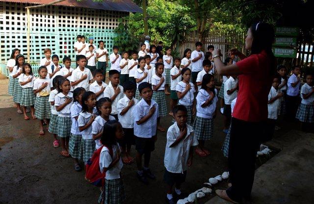Niños aprenden el himno nacional de Filipinas