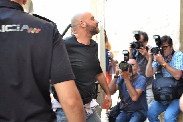El hermano de Álvaro Gijón, Teófilo Gijón, llegando a los juzgados