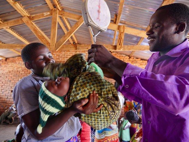 Voluntario pesa a un niño en Malaui