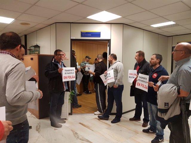 Un piquete de la huelga de autobuses ocupa la Dirección Xeral de Mobilidade