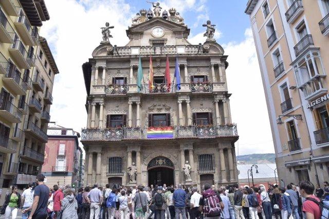Concentración ante el Ayuntamiento de Pamplona en el Día del Orgullo LGTBI