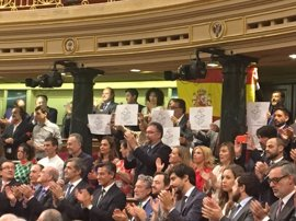 Diputados del PDeCAT muestran carteles con urnas en favor del referéndum ante el Rey en el Congreso