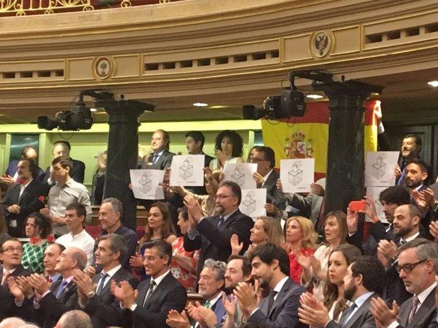 Diputados del PDeCAT muestran carteles ante el Rey