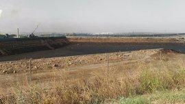 Técnicos de Medio Ambiente evalúan las balsas de la empresa que provocó el vertido de orujo