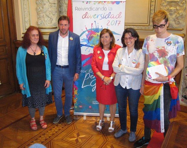 El alcalde y Victoria Soto, junto a representantes de las organizaciones LGBTi