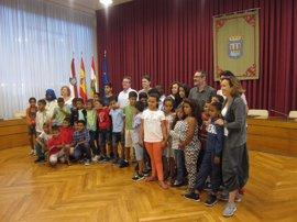"""Gamarra recibe a los 37 niños de 'Vacaciones en paz' destacando que Logroño es """"una ciudad muy solidaria"""""""