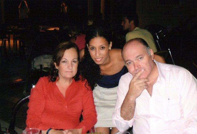Maloma con sus padres.