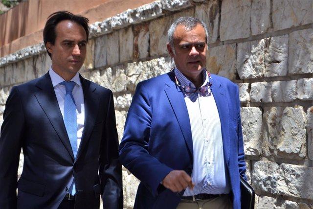 El diputado Álvaro Gijón y su abogado José Ramón Orta tras salir de los Juzgados
