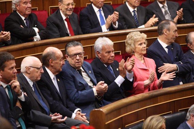 Felipe González aplaude en el acto por el 40 aniversario de elecciones de 1977