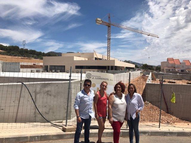La parlamentaria del PP Marifrán Carazo, en visita al nuevo colegio de Alomartes