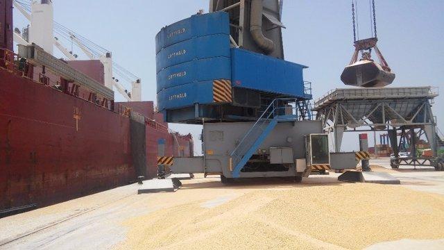 Buque granelero de Dcoop en el puerto