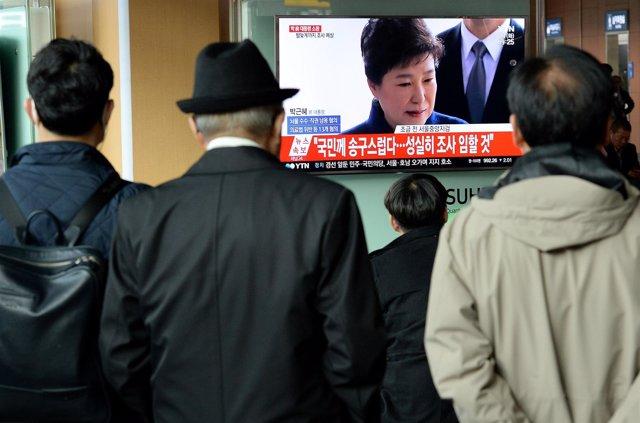 Personas ante un televisor con la imagen de Park Geun Hye