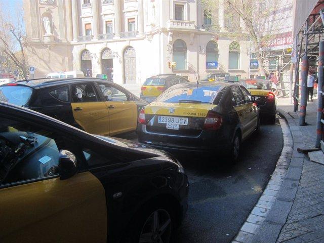 Taxis de Barcelona en una parada de Via Laietana