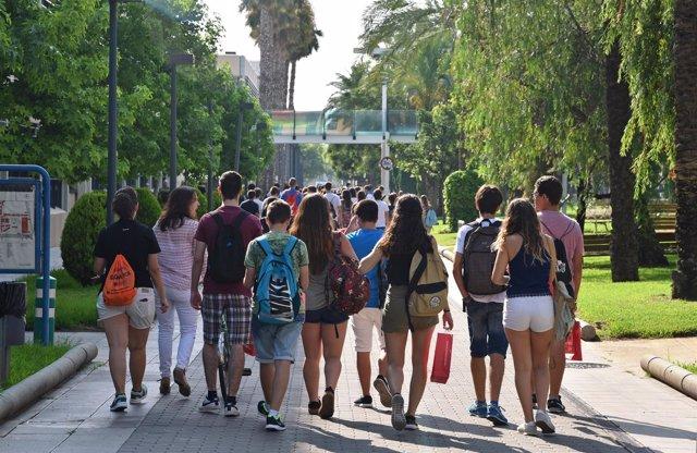 Estudiantes en el campus científico de la UPV