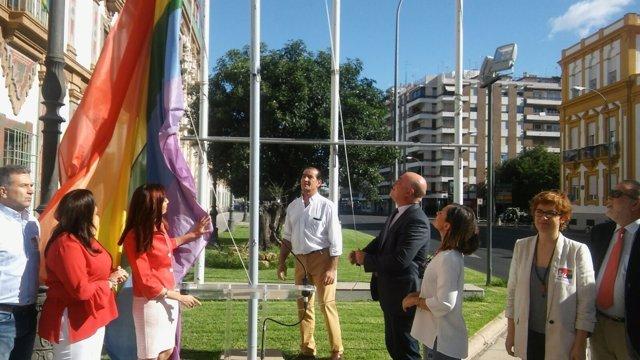 Antonio Ruiz iza la bandera arco iris a las puertas de la Diputación