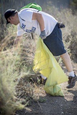 Voluntarios limpian basura de entornos naturales en '1m2 por la naturaleza'