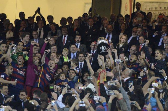 Iniesta levantando la Copa del Rey 2016