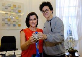 La alcaldesa de Santander felicita a Laura Nicholls por el triunfo en el Eurobasket