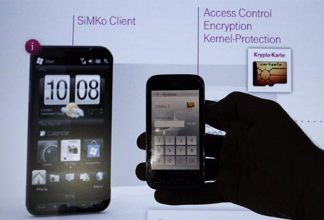 Un empleado de Deutsche Telekom sostiene un HTC