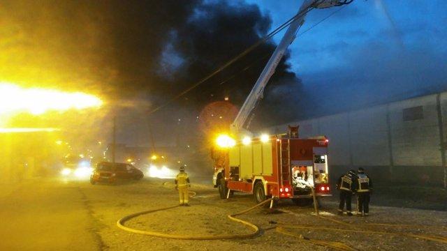 Los bomberos de la DPZ han controlado el fuego en Pinseque.