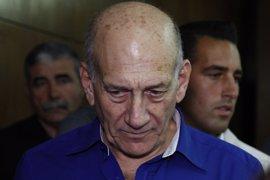 El ex primer ministro israelí Ehud Olmert, condenado por corrupción, consigue la libertad condicional