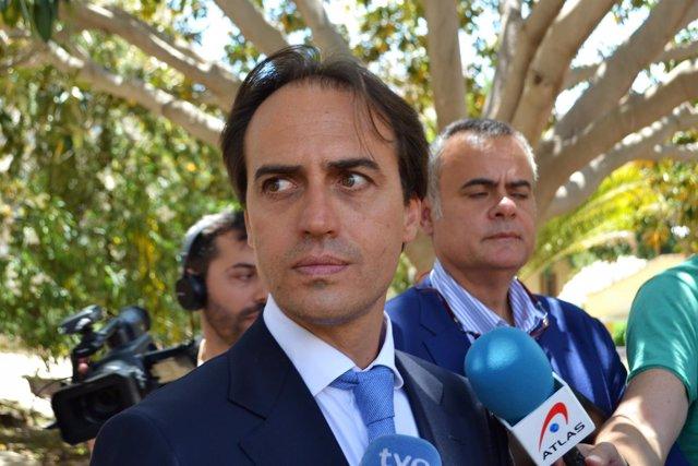 El diputado Álvaro Gijón y su abogado José Ramón Orta