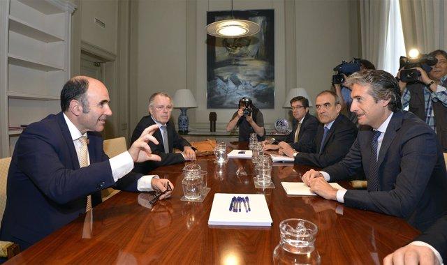 El vicepresidente navarro Manu Ayerdi con el ministro Íñigo de la Serna.