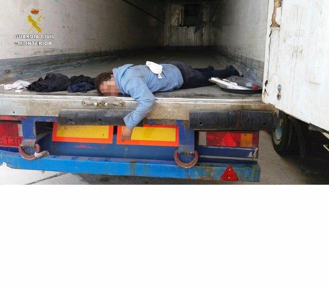 Inmigrante embarazada localizada en el doble fondo de un camión