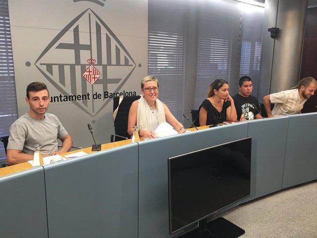 La concejal Carmen Andrés con jóvenes de entidades