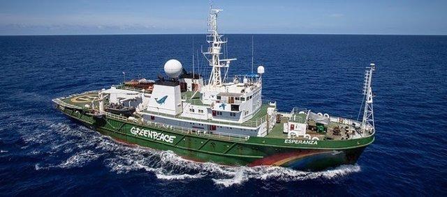 El buque Esperanza de Greenpeace en el Océano Índico