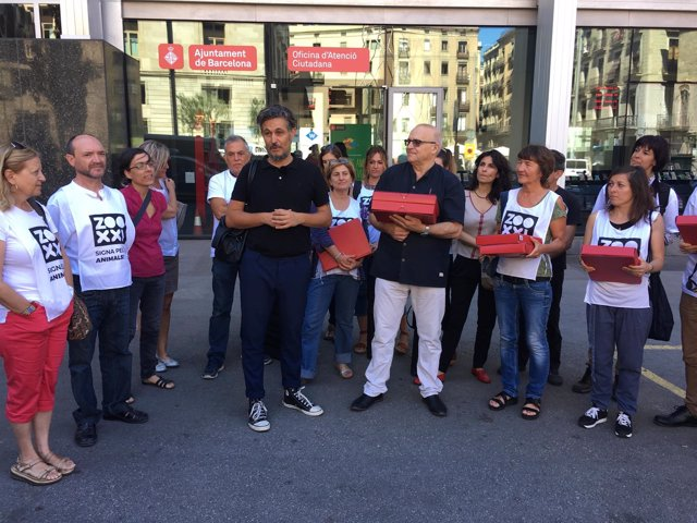 La plataforma Zoo XXI entrega 25.000 firmas a Fernando Pindado
