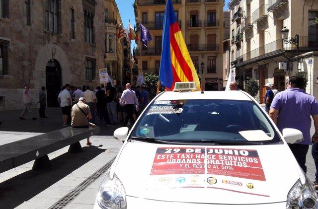 Concentración de taxistas ante el Palau de la Generalitat