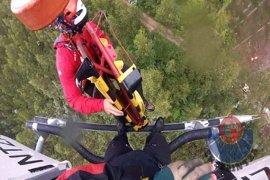 Un helicóptero de la Ertzaintza rescata a un trabajador forestal herido al ser golpeado en la cabeza por un pino