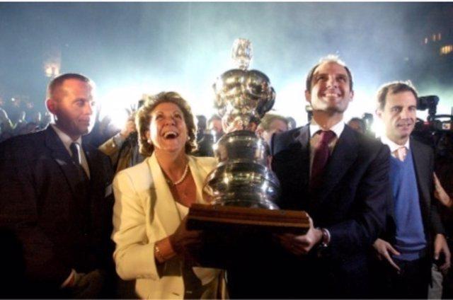 Francisco Camps y Rita Barberá sostienen la America's Cup