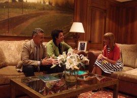La presidenta del Parlamento recibe a Francesca Friz-Prguda, representante de ACNUR en España