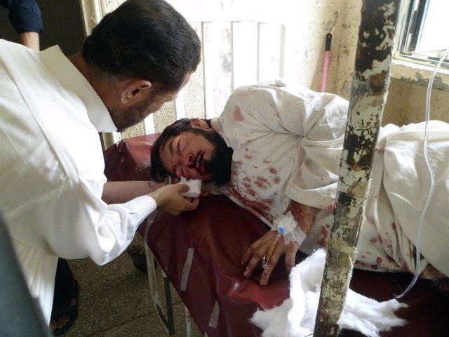Un hombre que resultó herido en una explosión recibe tratamiento en un hospital