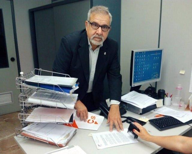 Josep Lluís Bauzá registrando una moción en Palma