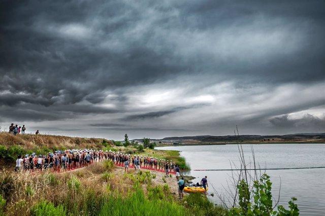 Los atletas inician la prueba en el pantano de Valdelafuén de Sádaba
