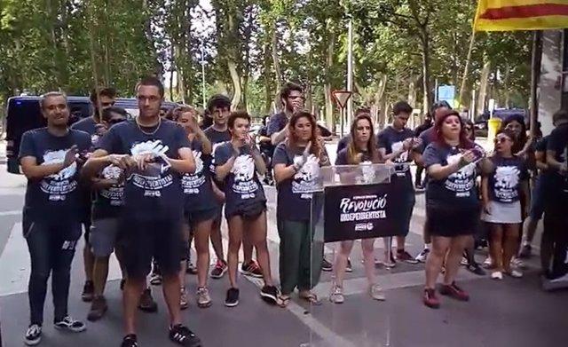 Miembros de Joves per la Unitat Popular rompen fotos de Felipe VI