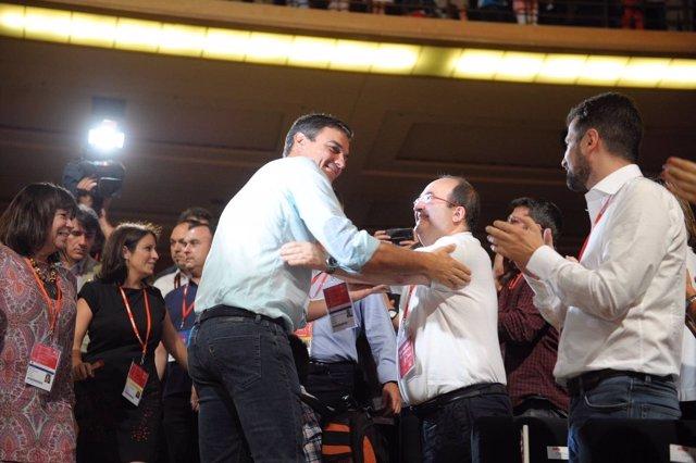 Pedro Sánchez y Miquel Iceta se saludan en el 39 Congreso Federal del PSOE
