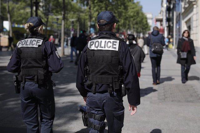 Dos policías patrullan por las calles de París