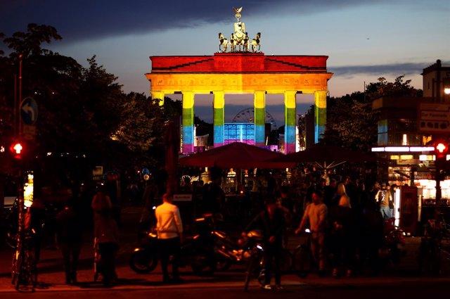 Puerta de Brandemburgo con la bandera LGTBI