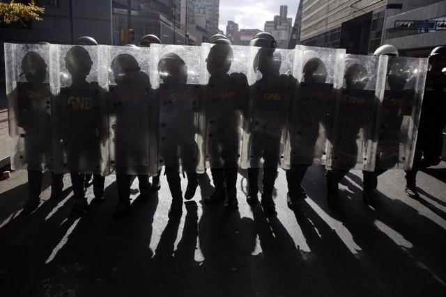 Efectivos de la Guardia Nacional venezolana durante una protesta en Caracas