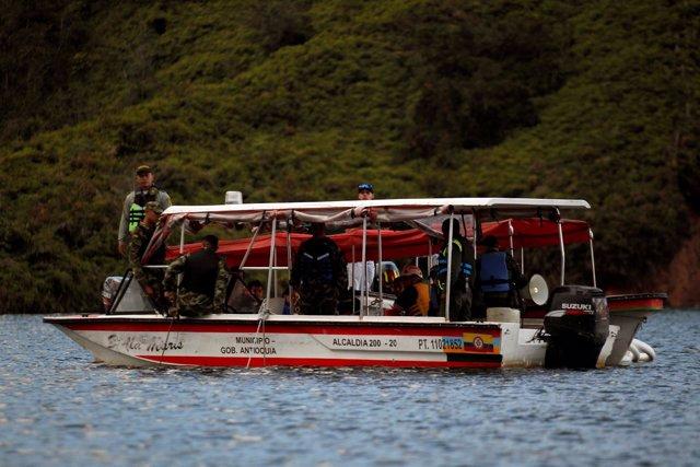 Búsqueda de víctimas tras hundirse una embarcación den Guatapé (Colombia)