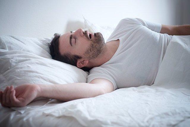 Hombre durmiendo, roncando, apnea del sueño