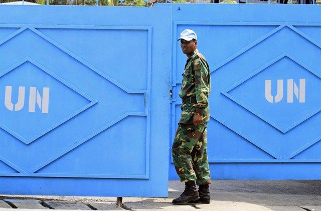 Un 'casco azul' de la UNOCI en sede de la misión en Abiyán (Costa de Marfil)