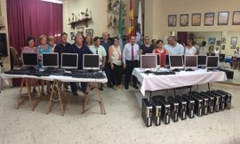 La Junta entrega 12 equipos informáticos reciclados a colectivos vecinales de Antequera