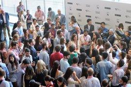 La Reina Letizia conversa con unos 40 jóvenes emprendedores en Girona
